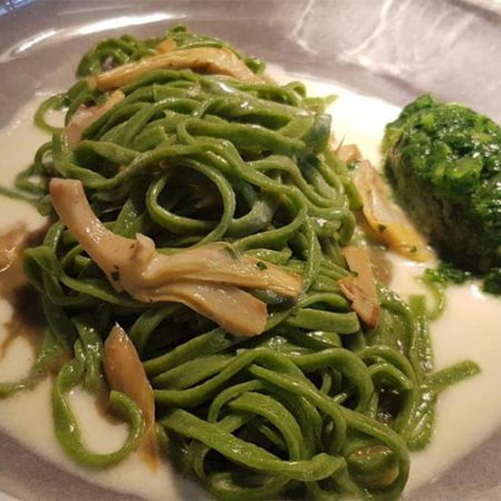 Tagliatelle verdi agli spinaci, cime di rapa, carciofi e scamorza affumicata